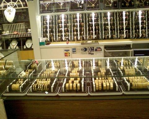 Muzoffar Centre, 2 aras kiri kanan penuh dengan emas...best giler!
